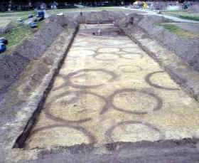 Op een opgraving bij Someren in Noord-Brabant kwamen deze cirkelvormige sporen in het zand tevoorschijn. Het zijn de sporen van greppeltjes die om de heuvels op een urnenveld uit de IJzertijd lagen. De heuvels zelf zijn al lang geleden verdwenen. (Foto: Archeologisch Instituut der Vrije Universiteit)