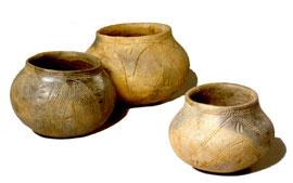 Drie potjes van de eerste boeren. De cultuur van deze boeren is genoemd naar de bandvormige versiering op het aardewerk: Bandkeramiek. (Foto: Rijksmuseum van Oudheden)