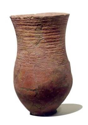 Een standvoetbeker, een drinkbeker van de hunebedbouwers. De klei is met een stokje glanzend gepolijst en er zijn versieringen in de klei uitgestoken. (Foto: Rijksmuseum van Oudheden)